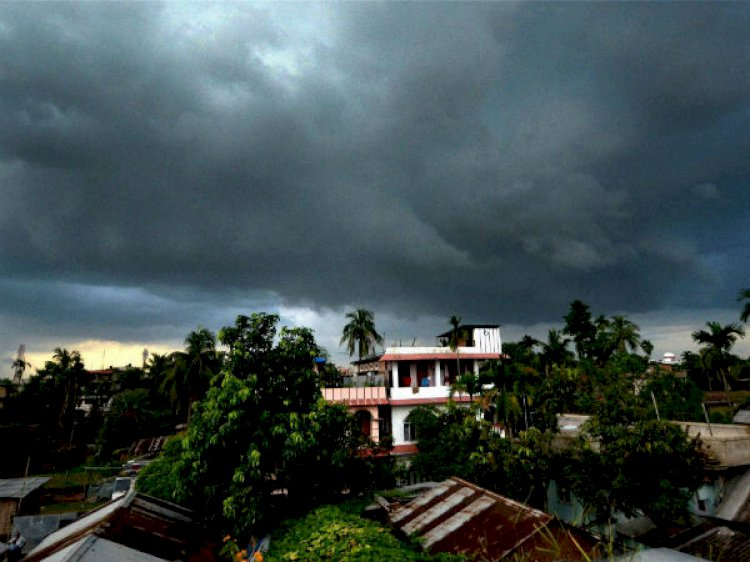 In Delhi,Sultry Weather Conditions Continue,IMD Forecasts Cloudy Skies.